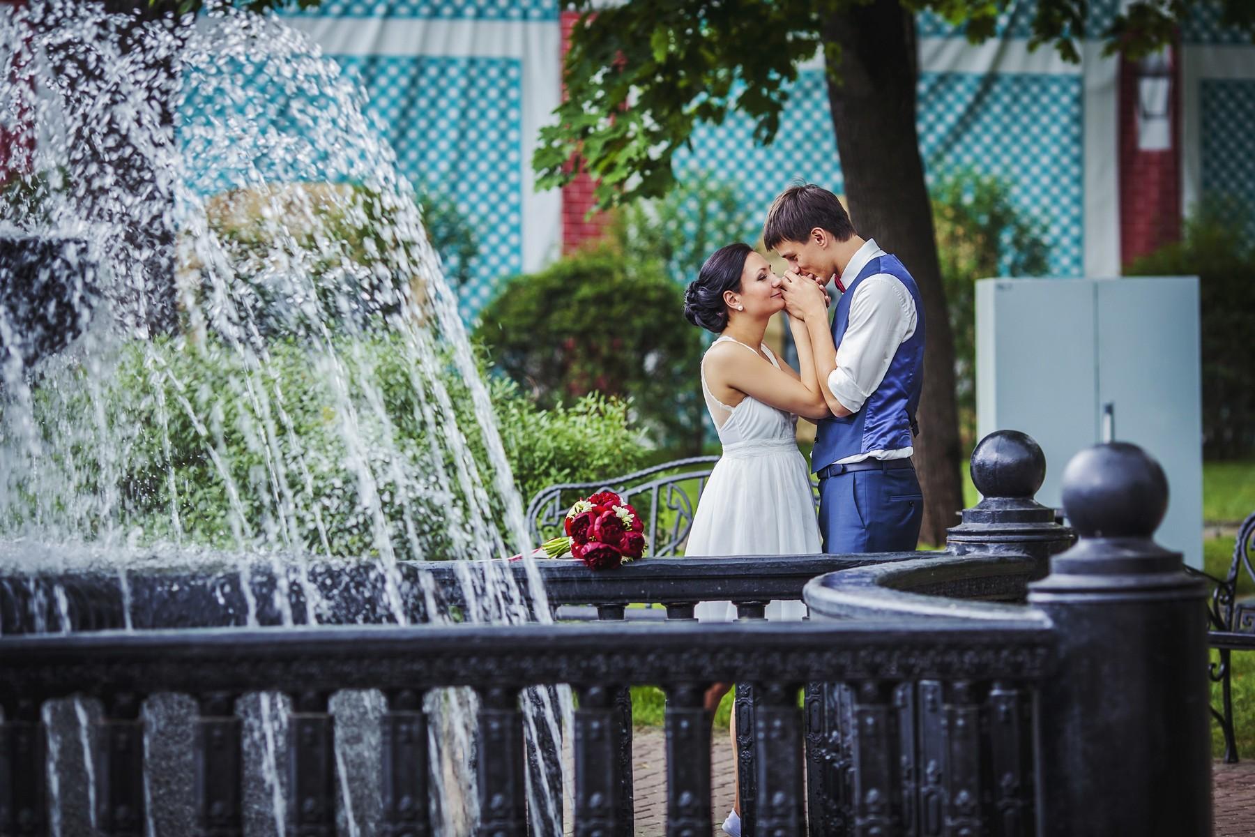 Парк эрмитаж, прекрасное место для свадебной прогулки в центре Москвы.